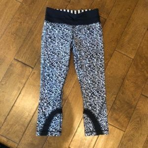 Lululemon blue white cropped pattern leggings